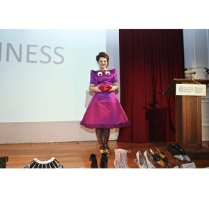Miss Lulu Guinness accepting her 2009 IHDA Iconoclast Award for her Lifetime Achievement in Handbag Design.